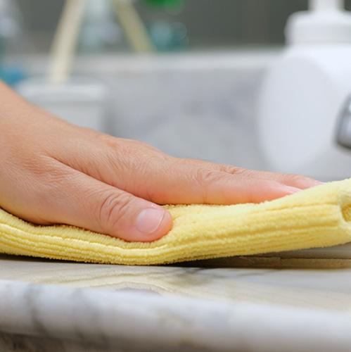 れた柔らかい布と中性洗剤を使って拭き取って下さい。